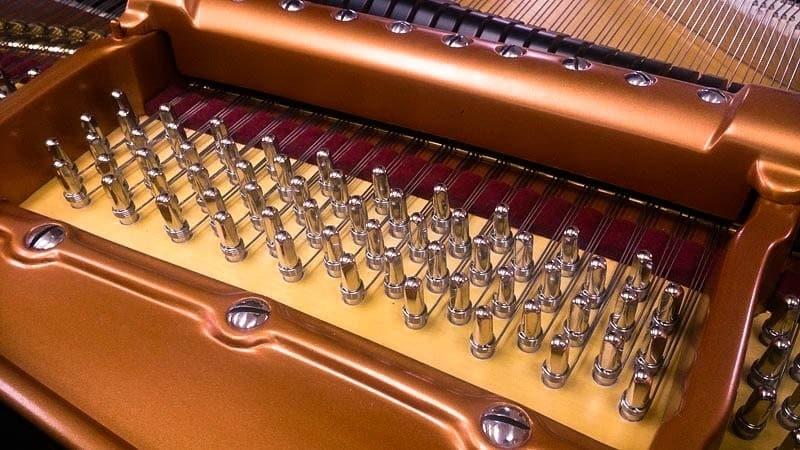 Chevilles et cordes de pianos
