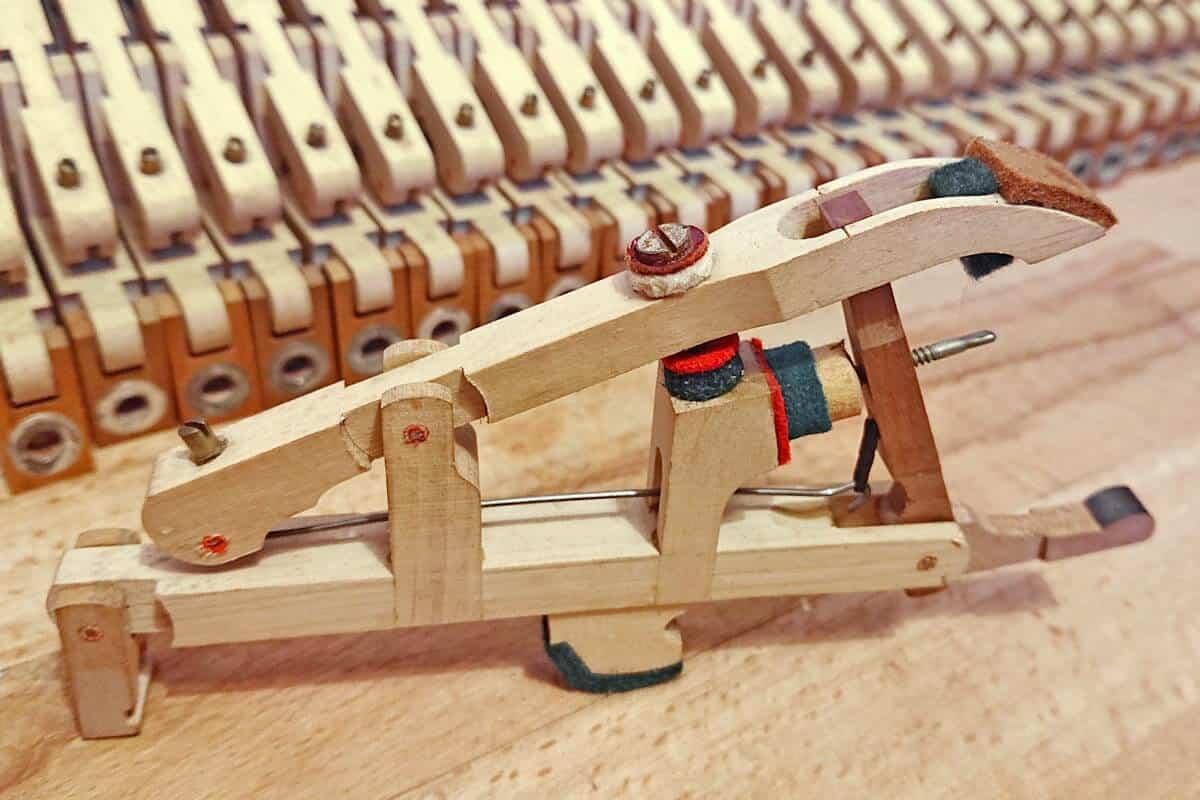 chevalet, levier de répétition et échappement du piano